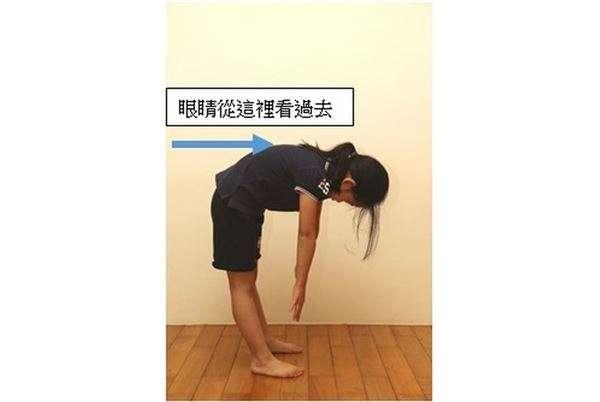 亞當式前彎測試法。(圖/華人健康網提供)