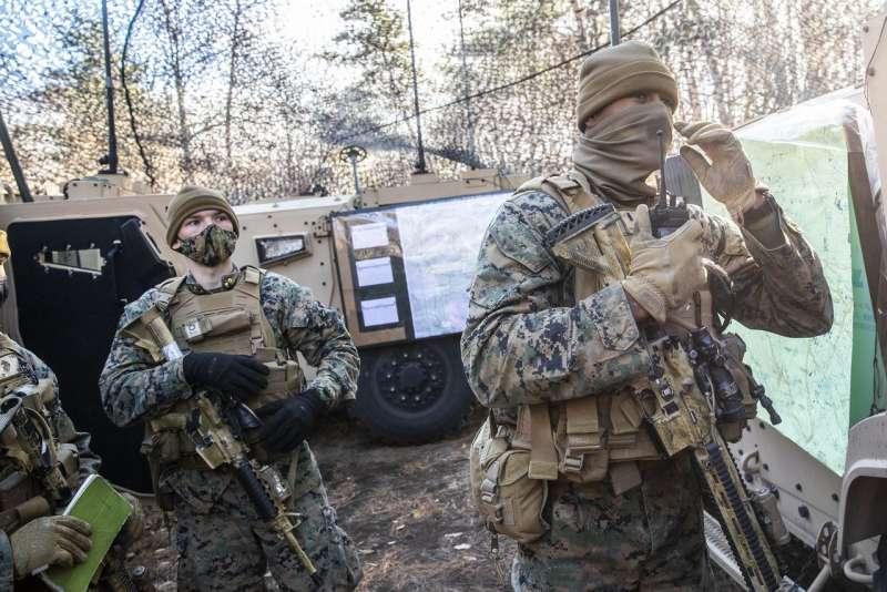 在與日本自衛隊的聯合訓練中,美國海軍陸戰隊士兵在一個移動的指揮控制中心作業。(SHIHO FUKADA FOR THE WALL STREET JOURNAL)