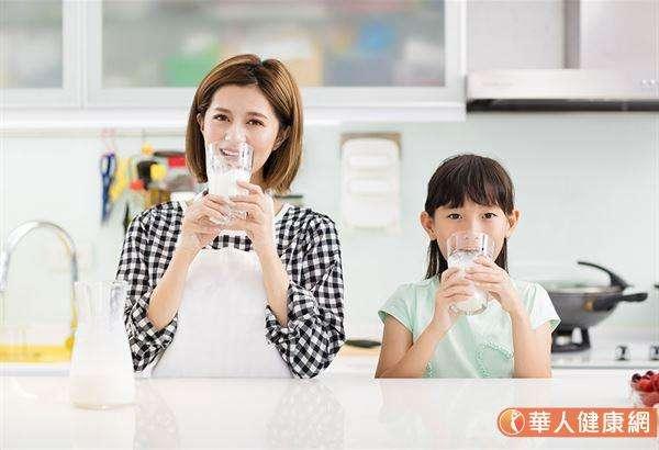 營養師表示,若是孩子沒有特殊需求,例如醣份控制,其實牛奶就是很好的早餐飲品選項。(圖/華人健康網提供)