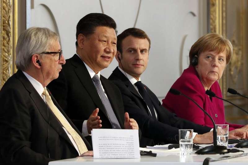 中國國家主席習近平(左二)企圖靠歐盟,突破美國封鎖。(美聯社)