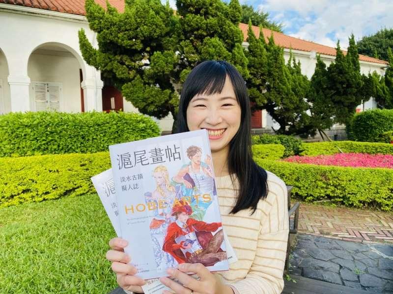 淡水彭小姐買到第一本《滬尾畫帖-淡水古蹟擬人誌》,到小白宮留下開心紀念照。(圖/新北市淡水古蹟博物館提供)