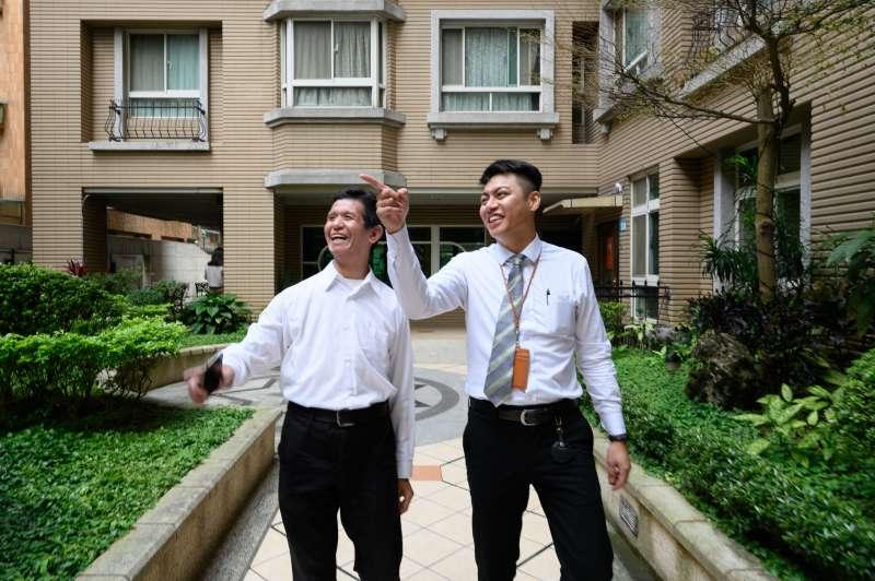 「合康新雪梨」總幹事張睿辰(左)、信義房屋蔡明軒,兩人合作讓原本冷漠的社區運作活了過來。