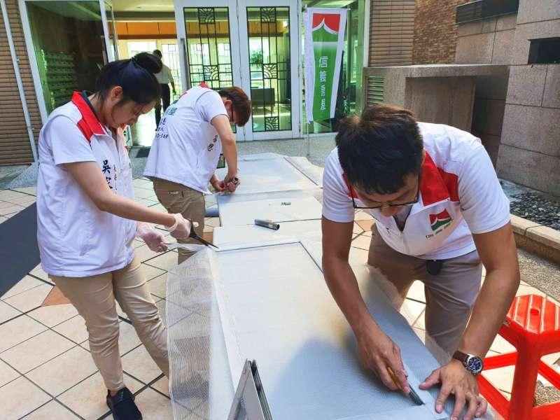 信義房屋在社區舉辦幫住戶修紗窗活動,住戶參與熱烈。