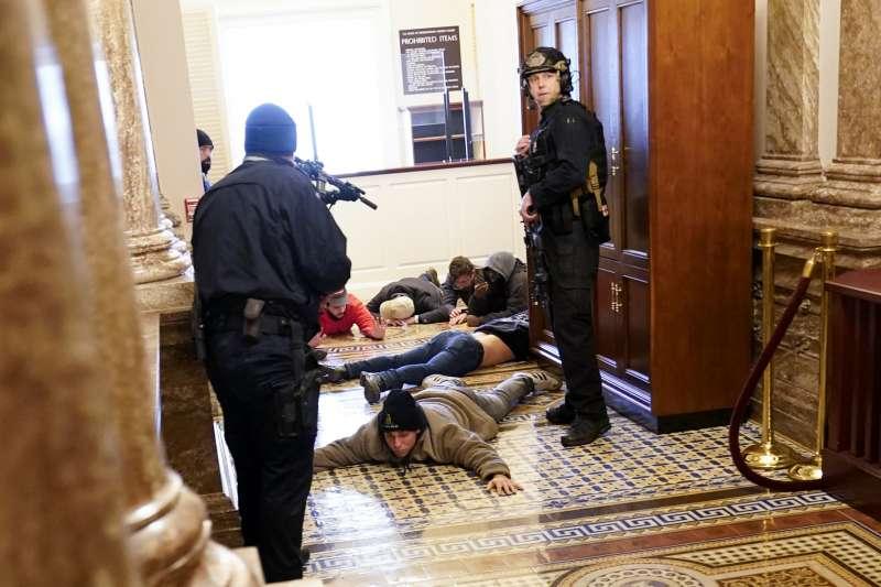 2021年1月6日,支持美國總統川普的暴民攻入國會山莊,與警方暴力衝突,議員與議事人員倉皇走避(AP)