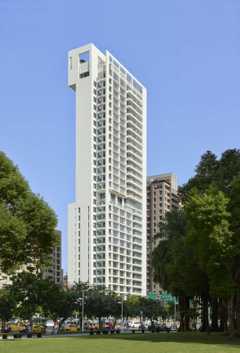 琢白由白派大師理查‧麥爾(Richard Meier)規劃設計,外觀設計感十足。(慕樺建築行銷提供)