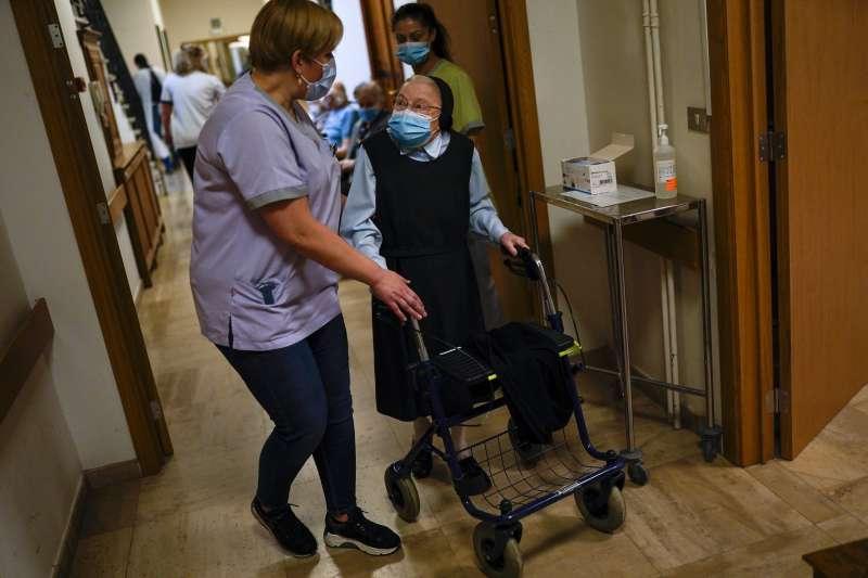 歐洲疫情。英國與歐洲陸續開始針對高齡者與高風險人群施打疫苗。(AP)