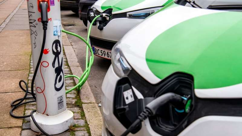 在許多城市,可以見到越來越多的電動車充電樁出現。(圖/BBC提供)