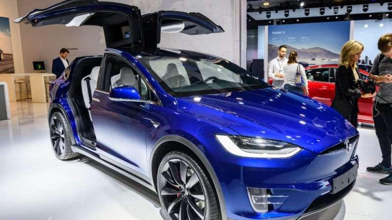 一台特斯拉Model X 90D車在布魯塞爾一個貿易展上展出。(圖/BBC提供)
