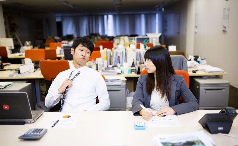 你也曾經在職場上遇過能力明明很差、卻毫無自覺的「豬隊友」嗎?(圖/取自PAKUTASO)