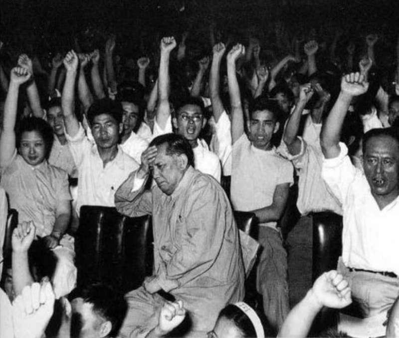 章伯鈞(中)在文革時被打成右派受盡批鬥,甚至連累全家。(翻攝自網路)