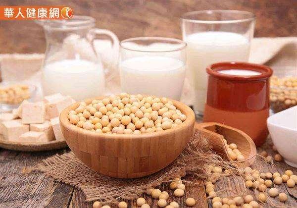 以天然食物來看,1杯豆漿240C.C.大概含有10毫克的大豆異黃酮,相當於一塊(手掌大)板豆腐,或20公克的煮熟黃豆。(圖/華人健康網提供)
