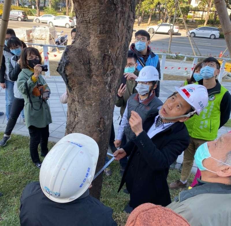 林欽榮副市長13日上午至工區視察並勉勵施工團隊,務必達成農曆年前開放76%的目標。(圖/徐炳文攝)