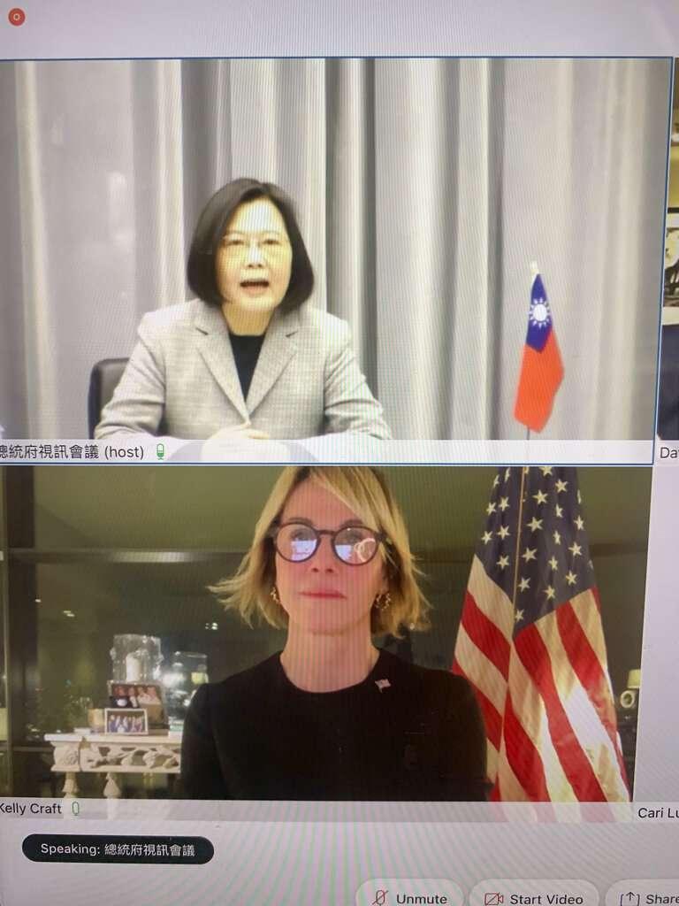 美國駐聯合國大使克拉夫特在台灣時間14日上午和我國總統蔡英文視訊對話,強調「美國會一直與台灣同陣線,像朋友和夥伴,肩並肩做為民主的支柱」。(美聯社)