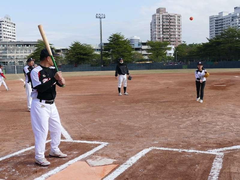 府會慢速壘球友誼賽,由議長曾麗燕親自主持開球儀式。(圖/徐炳文攝)