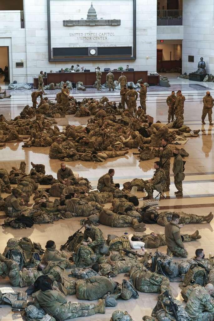 由於聯邦眾議院13日表決彈劾案,數百名國民兵也進駐國會大廈提高戒備。(美聯社)
