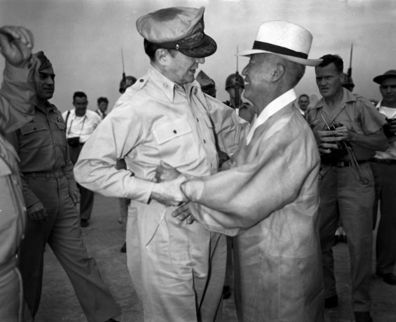 李承晚與麥克阿瑟將軍的關係看似緊密,實際上也是各懷鬼胎,南韓在他的領導下,與美國之間的蜜月期維持不到10年。(作者許劍虹提供)