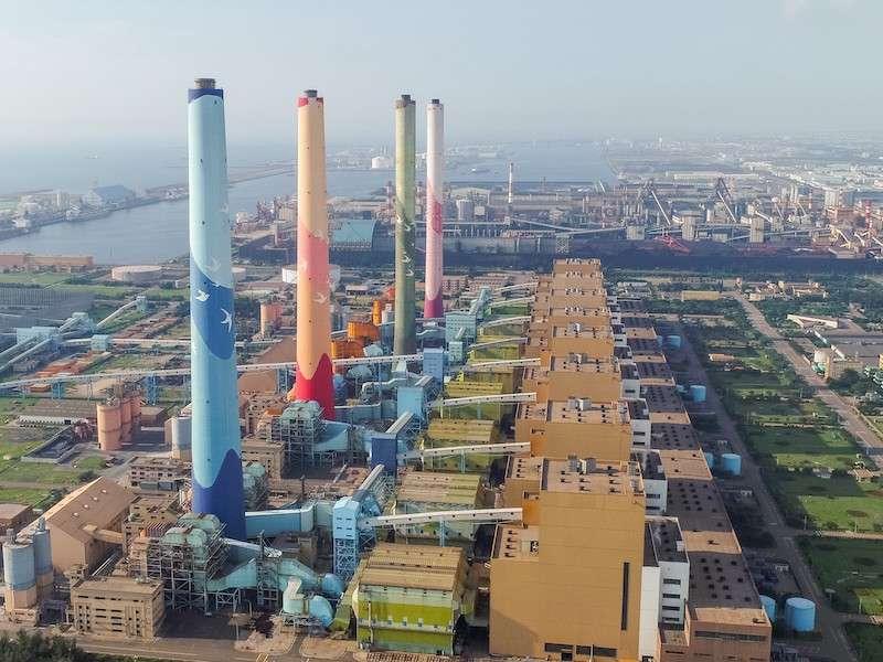 中火燃煤發電機組尚未完全退役,台中市政府擔心,未來配合用電調度啟用,不受中市電力業加嚴標準規範,加重中部空氣品質污染負荷。(圖/台中市政府提供)