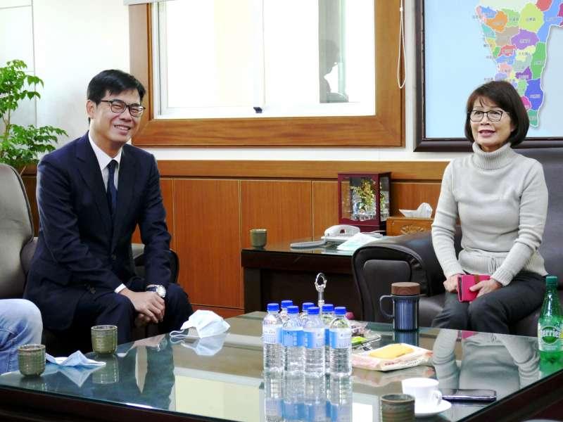 陳其邁(左)向高雄市議會、曾麗燕議長(右)爭取支持總預算案。(圖/徐炳文攝)