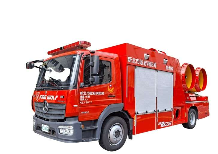 全臺灣唯一雙軸排煙車,雙排煙機均具備水霧功能,每分鐘可打出流量達3200公升的水霧,應用於易燃性液體火災等火災情境。(圖/新北市消防局提供)
