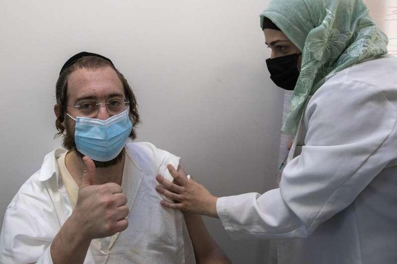 以色列新冠疫苗施打速度領先全球,舉國已超過200萬人接種,巴勒斯坦人卻被排除在外。(AP)