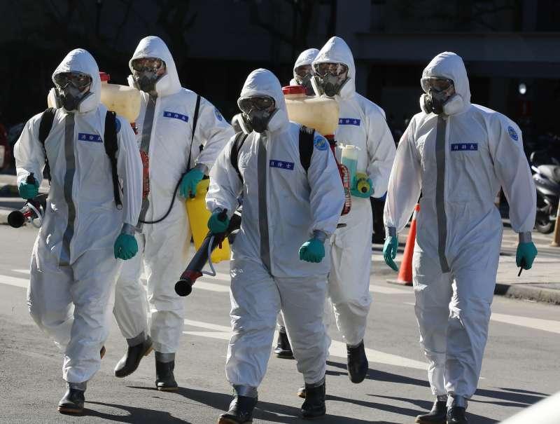 20210120-衛福部桃園醫院新冠肺炎院内感染案延燒,國軍化學兵群20日在院區持續進行消毒作業。(柯承惠攝)