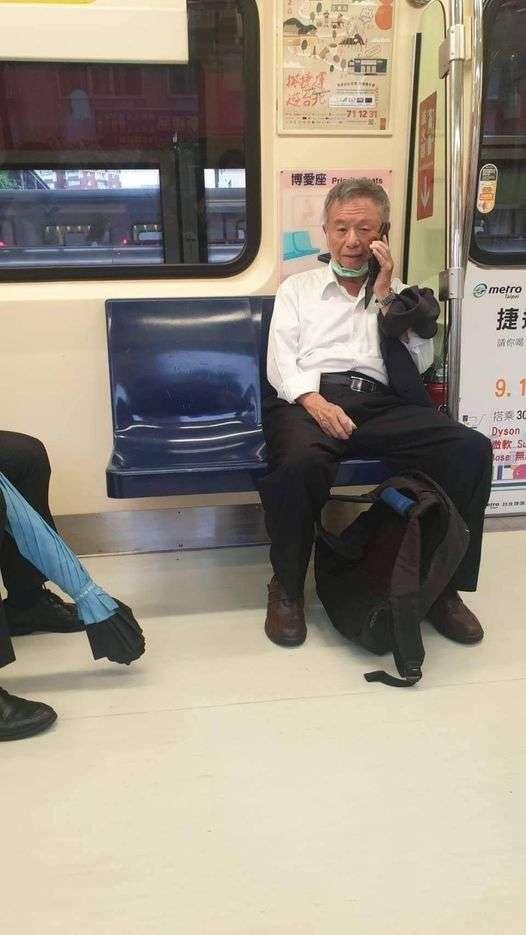 20210120-臉書粉專貼出,楊志良本人日前搭乘捷運,卻拿下口罩講電話的「未遵守SOP」照片,不少網友湧入批評。(取自水鏡政經學院)