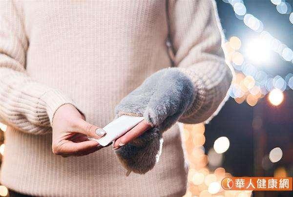 陳映如老師也進一步分享使用過的暖暖包的其他廢物再利用方法。可以把用過的暖暖包放在衣櫃、鞋櫃、抽屜或收納箱中,其有利除臭、吸濕的特性,配合市售除濕產品一同使用,能輔助提升其效力。(圖/華人健康網)