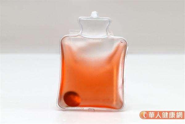 除了自製環保暖暖包(熱敷袋)外,市售標榜能重複使用冷、熱兩用的冷/熱水袋,也都是民眾天冷時禦寒的好法寶。 (圖/華人健康網)