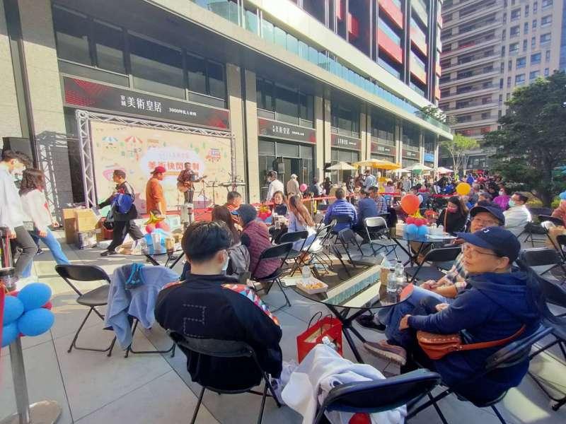 高雄「京城美術皇居」周周創下銷售佳績,特於社區一樓戶外圓形廣場舉辦快閃派對,讓美術特區的鄰里住民一起同樂。(圖/徐炳文攝)