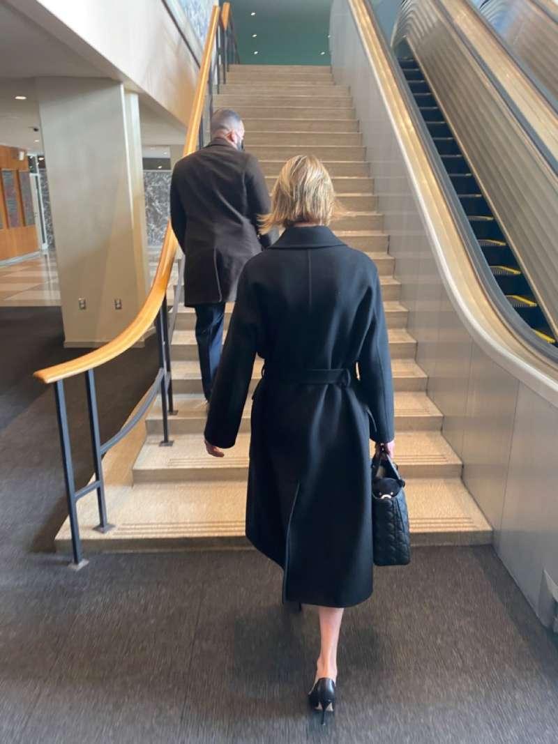 美國駐聯合國大使克拉夫特帶著台灣黑熊布偶前往聯合國大會廳。(取自駐紐約辦事處推特)