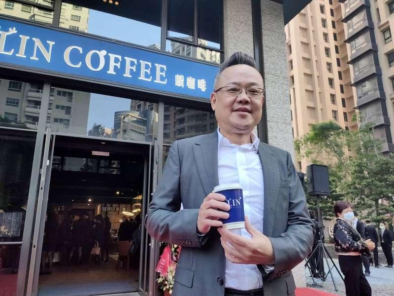 上揚國際董事長林聰麟成立麟餐飲美食集團,今年在高雄開立麟咖啡美術皇居店,預計今年在中南部開設20家麟咖啡直營店。(圖/徐炳文攝)