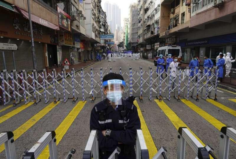 香港疫情。港府23日封鎖油尖旺區佐敦一帶,上萬居民須接受強制檢疫,不得擅自外出。(AP)