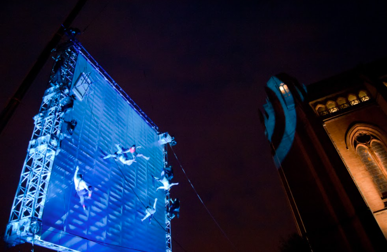 20210125-英國高空彈跳劇團《當世界傾斜時》劇照。(兩廳院提供)