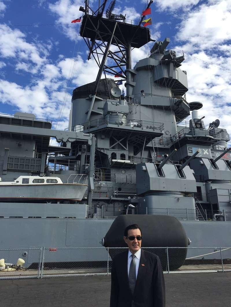 2017年11月5日,前總統馬英九受邀訪問愛荷華艦。(馬英九辦公室提供)