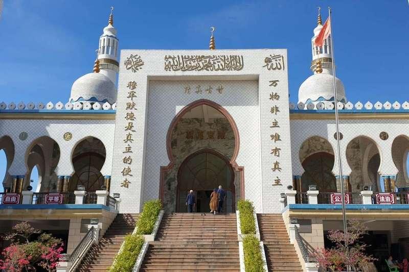 海南鳳凰村的清真古寺。旁邊一座在建的清真寺因為有一些不符合中國建築特色的地方而被停工數月。(JONATHAN CHENG/THE WALL STREET JOURNAL)