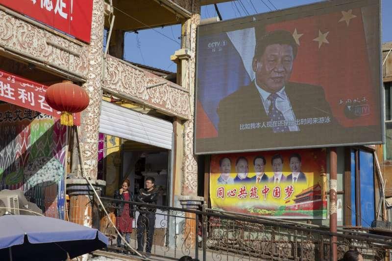 新疆和田街頭大螢幕上的中國國家主席習近平。(美聯社)