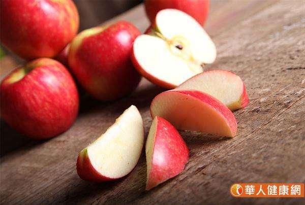 建議年節飯後或下午茶也可來點吉祥如意「橘子」、平平安安「蘋果」、心想事成「柳橙」等當季水果,不但增添年節氣氛又可攝取到高纖維食物,促進腸胃道消化,避免年節期間有消化不良的狀況。(圖/華人健康網提供)