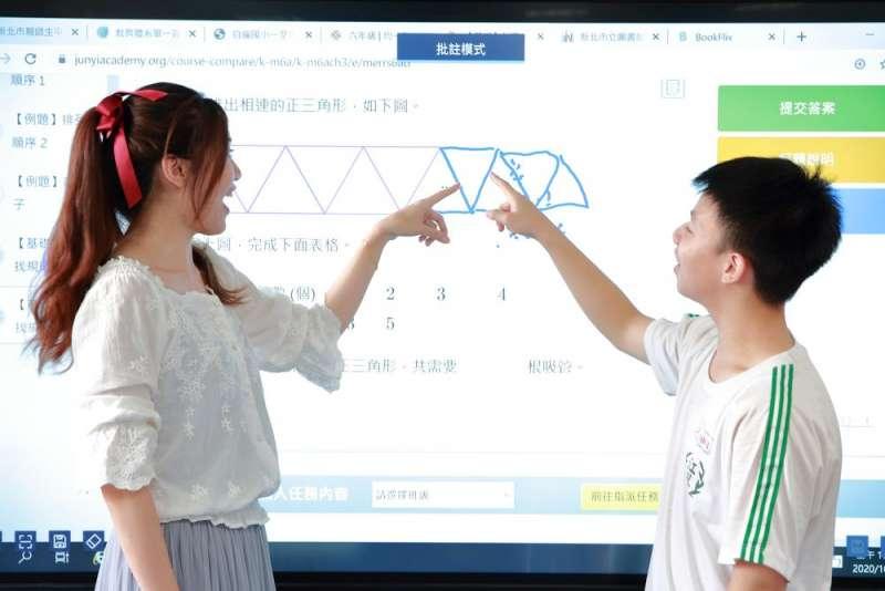 師生透過校務行政系統帳號登入後,可免費使用各種線上學習資源及視訊工具。(圖/新北市教育局提供)