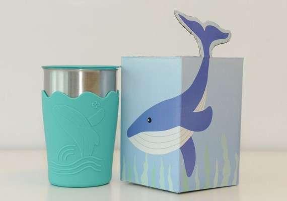中鋼的股東會紀念品「鯨彩都繪抗菌鋼杯」。(圖/網路溫度計提供)