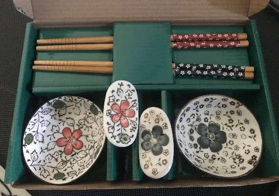 中信金曾發放「日式碟筷架組」當作股東會紀念品。(圖/網路溫度計提供)