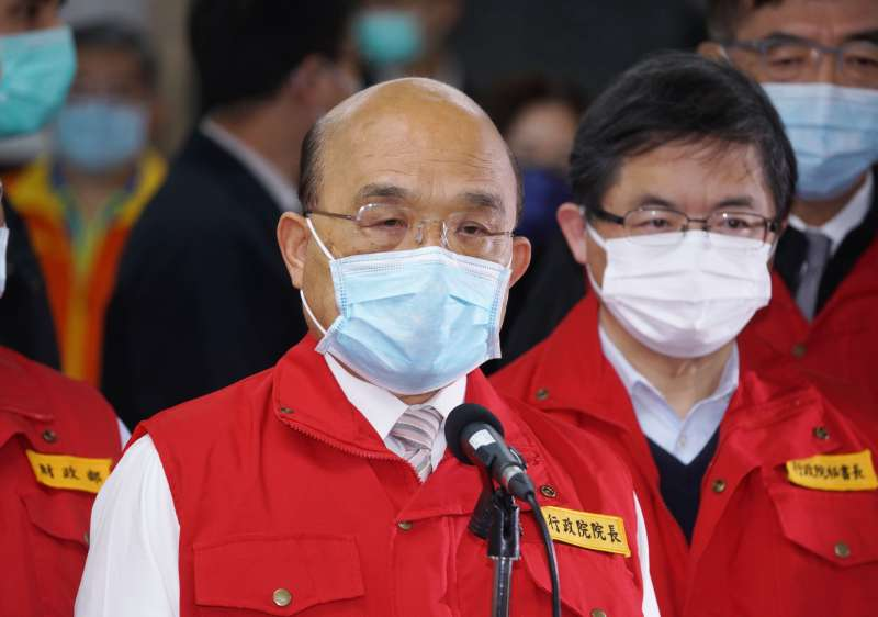 20210127-行政院長蘇貞昌(前)27日視察春節國際包裹檢疫流程。(盧逸峰攝)