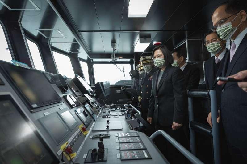 總統蔡英文(中)上台後積極落實「國防自主」政策,讓國艦國造不再只是口號。(總統府提供)