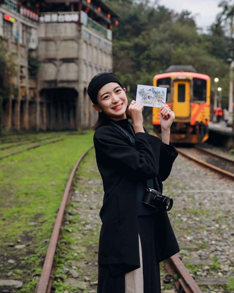 網紅帶著明信片前往商圈探訪(圖片來源:9D)