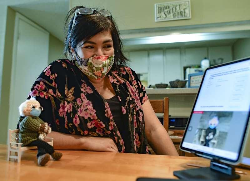 46歲婦女陶比金(Tobey King)將桑德斯就職典禮的觀禮模樣做成手工編織娃娃。(AP)