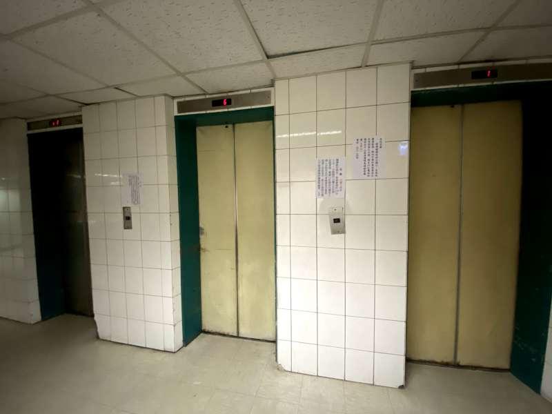 錦新大樓電梯破舊,讓外送員嚇破膽。(圖/許書宇攝)