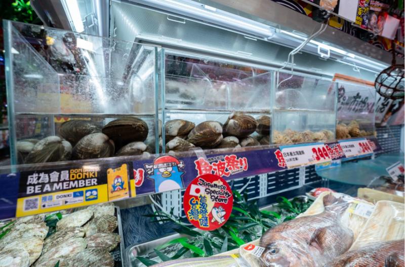 台灣唐吉軻德獨家販售!日本直送生鮮活貝類。(圖/取自唐吉軻德臉書粉專)