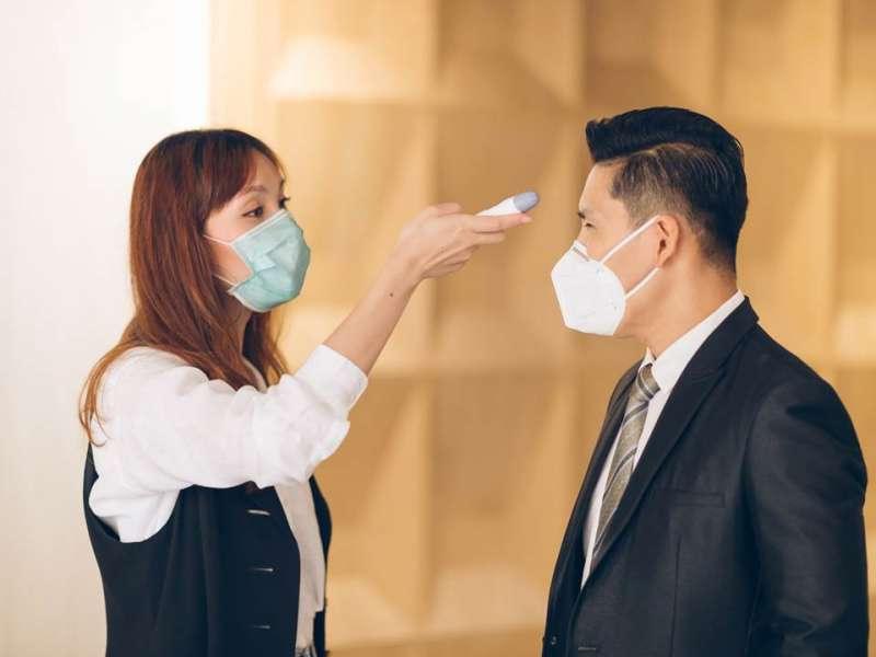 勞工因工作染疫,勞保將給付7成薪水。(圖/Shutterstock)
