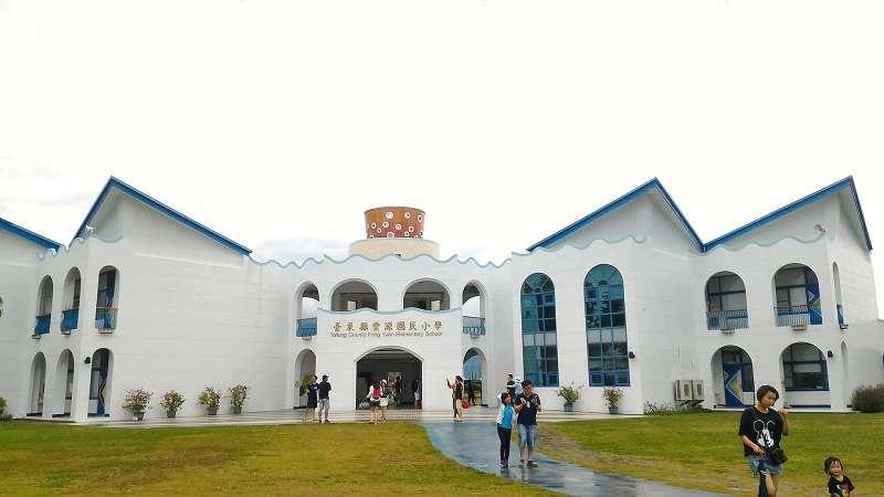 臺東豐源國小的希臘式建築風格。(Bevis Chen ∕維基百科)