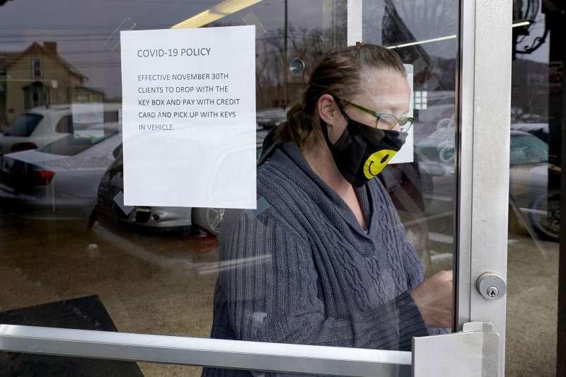 美國公衛專家25日公開鼓勵民眾戴「2個口罩」因應變種病毒肆虐。(AP)