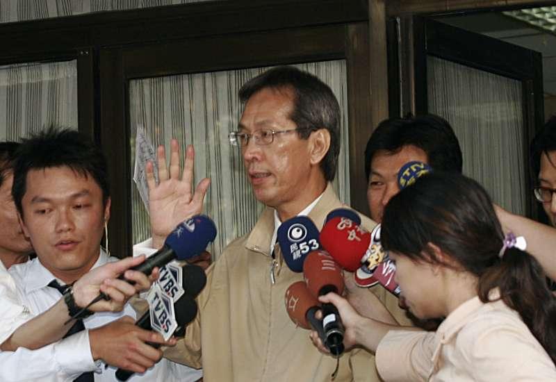 2006年SOGO案爆發,黃芳彥(中)遭檢調傳問。(新新聞資料照)